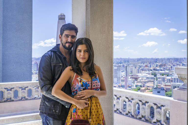 Laila (Julia Dalavia) e Jamil (Renato Goes) em ' Órfãos da Terra'