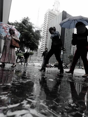 SÃO PAULO, SP, BRASIL,21-03-2018: OUTONO. Onda de frio e chuva na Av. Paulista no inicio do outono Legenda (Foto: Rubens Cavallari/Folhapress) ***PARCEIRO FOLHAPRESS - FOTO COM CUSTO EXTRA E CRÉDITOS OBRIGATÓRIOS***