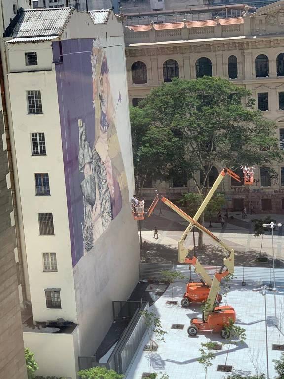 Grafite de prédio que contorna a praça das Artes é apagado pela secretaria de Cultura de SP