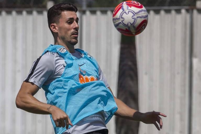 Danilo Avelar bate bola durante treino do Corinthians no CT Joaquim Grava; o lateral é o vice-artilheiro do time no ano, com quatro gols