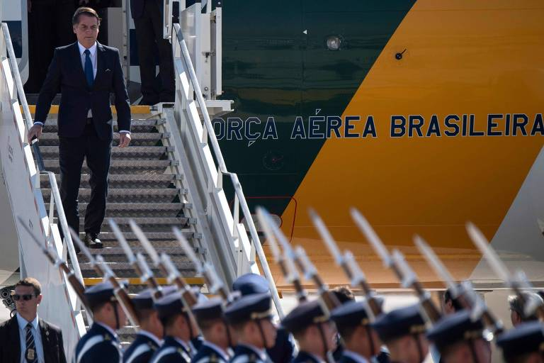 O presidente Jair Bolsonaro desembarca em Santiago nesta quinta (21)