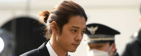 K-pop star Jung Joon-young (C) arrives for questioning at the Seoul Metropolitan Police Agency in Seoul on March 14, 2019. - A burgeoning K-pop sex scandal claimed a second scalp as a singer who rose to fame after coming second in one of South Korea's top talent shows admitted secretly filming himself having sex and sharing the footage. Jung Joon-young, 30, announced his immediate retirement from showbusiness amid allegations he shot and shared sexual imagery without his partners' consent. (Photo by JUNG Yeon-Je / AFP)
