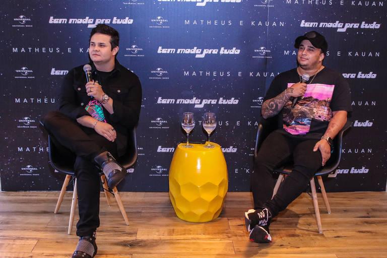 """A dupla Matheus e Kauan durante a coletiva de imprensa do novo projeto """"Tem Moda Pra Tudo"""""""