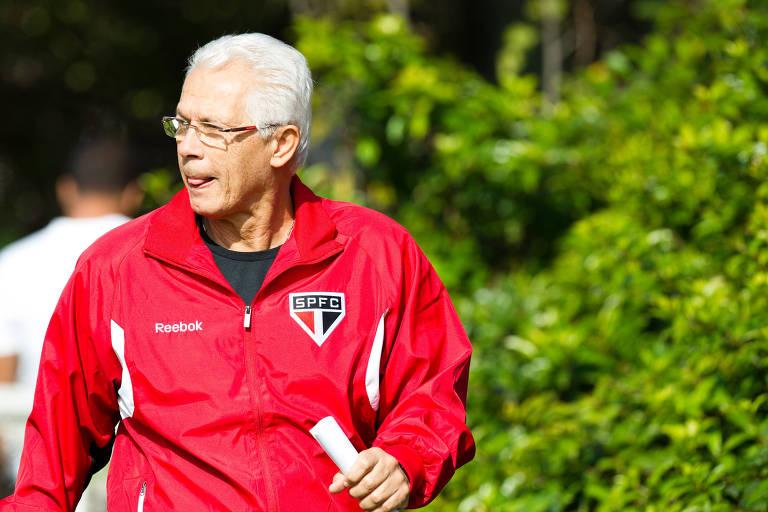 O técnico Emerson Leão deixa treino do São Paulo no CT Barra Funda