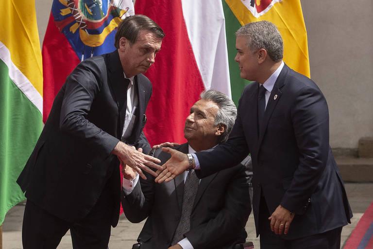 O presidente Jair Bolsonaro, à esq., cumprimenta os presidentes Lenín Moreno, do Equador, ao centro, e Iván Duque, da Colômbia
