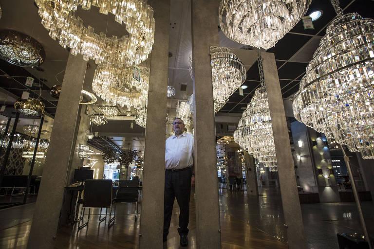 Carlos Vidal, gerente da Lustres Yamamura, em uma das quatro unidades da empresa em São Paulo