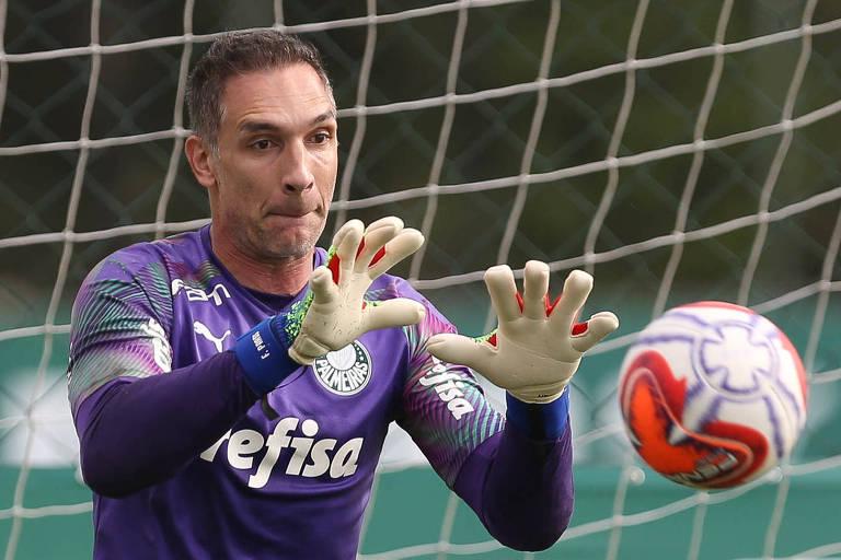 O goleiro Fernando Prass pratica defesa durante o aquecimento no treinamento do Palmeiras na Academia de Futebol.