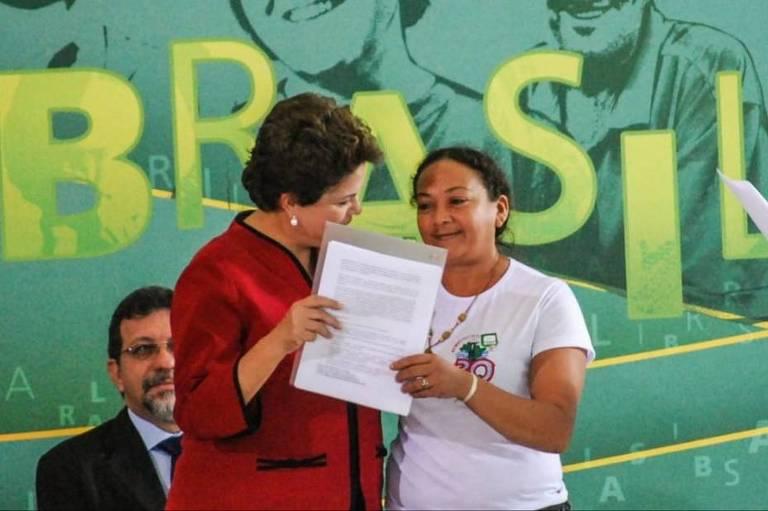 Coordenadora do MAB Dilma Ferreira Silva entrega documento à presidente Dilma Rousseff durante cerimônia em Brasília em, 2011; ativista foi assassinada nesta quinta-feira, em Baião (PA).
