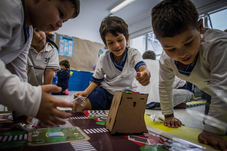 Crianças em atividade em escola pública em Balneário Camboriú (SC)