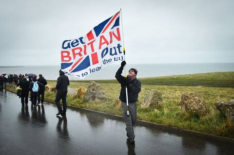 Pro-Brexit campaigners walk during the first leg of the March To Leave march in Sunderland on March 16, 2019. - Pro-Brexit campaigners are marching to London from northern England to coincide with Britain's anticipated departure from the EU on March 29. (Photo by ANDY BUCHANAN / AFP)