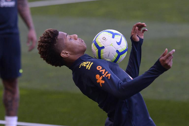 David Neres controla a bola no peito durante treino da seleção brasileira em Portugal, antes do amistoso contra o Panamá