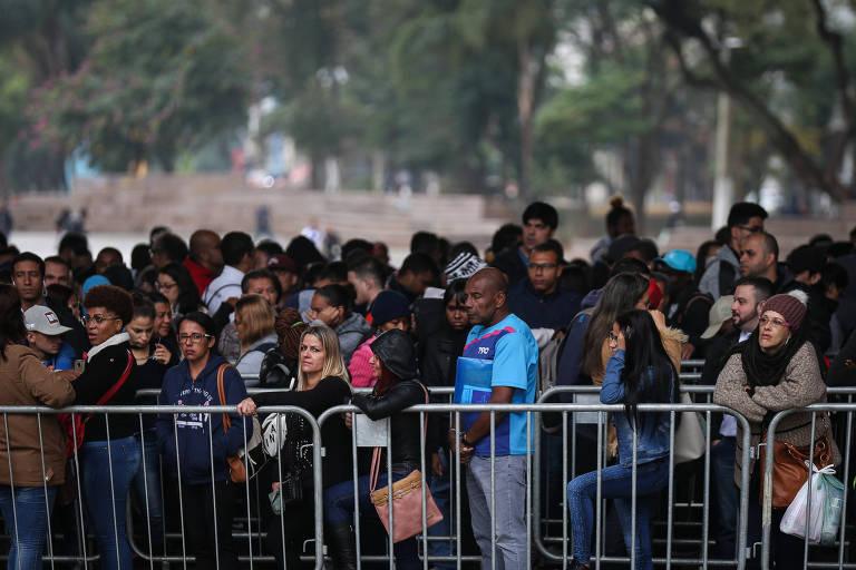 desempregados em fila em busca de vaga