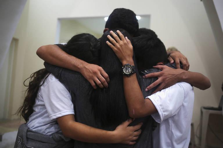 Jovens se abraçam em homenagem às vítimas de ataque em escola na Grande SP