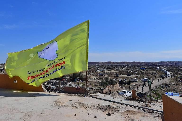 Bandeira da FSD é hasteada no último bastião do Estado Islâmico na Síria, derrotado na manhã deste sábado (23)