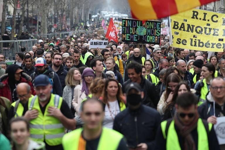 """""""Colestes amarelos"""" participam de manifestação neste sábado (23), em Paris"""