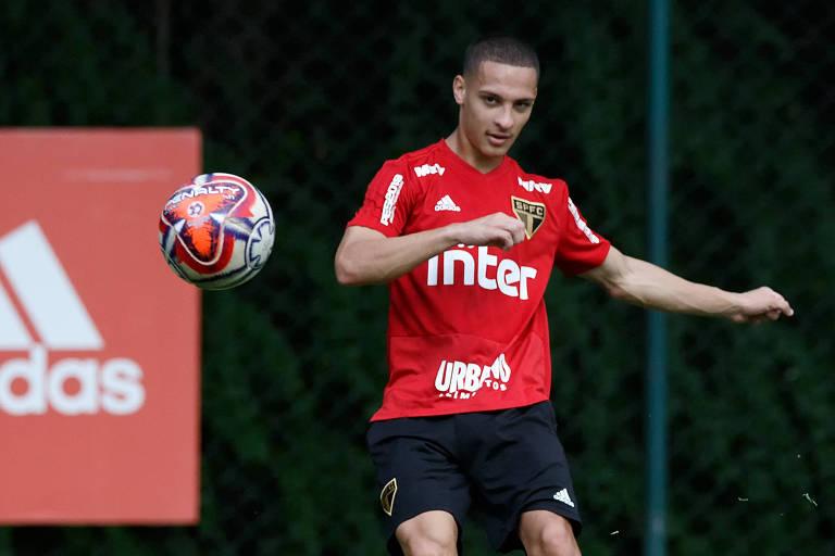 Atacante Antony em treino pelo São Paulo no CT da Barra Funda