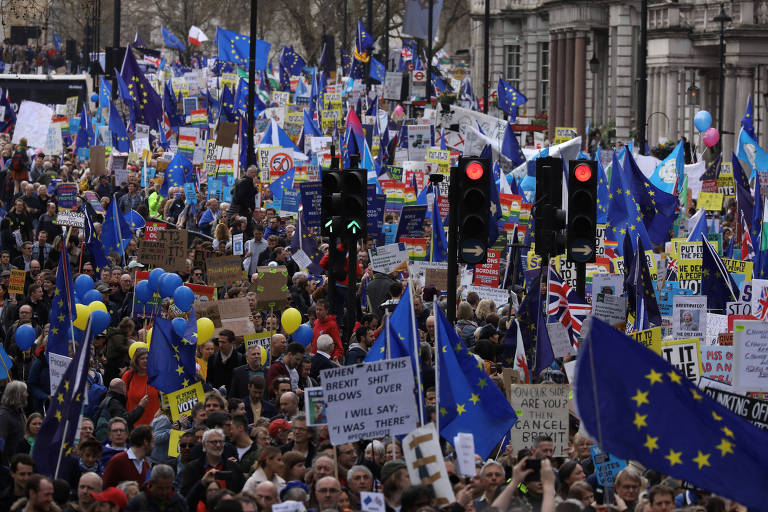 Opositores à saída do Reino Unido da União Europeia marcharam neste sábado (23) em Londres para exigir um novo referendo do brexit