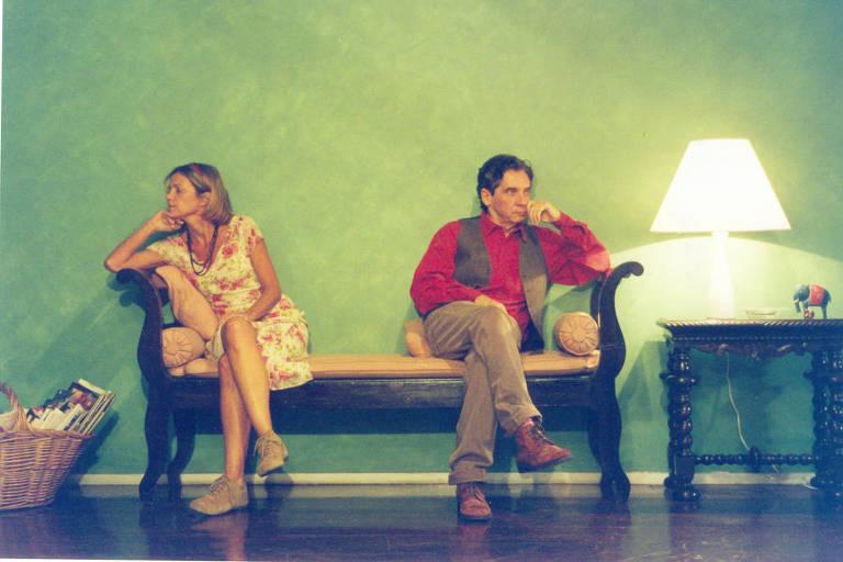 """Priscila Rozembaum e Domingos Oliveira em cena de """"Separações"""", de 2002"""