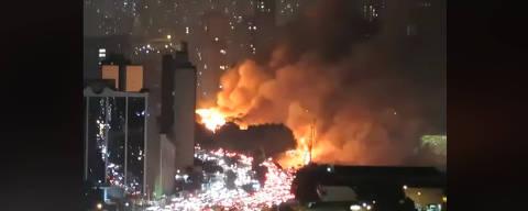 Incêndio de grandes proporções na Radial Leste, nas proximidades do Viaduto Bresser. Favela do Cimento. Reprodução / Facebook