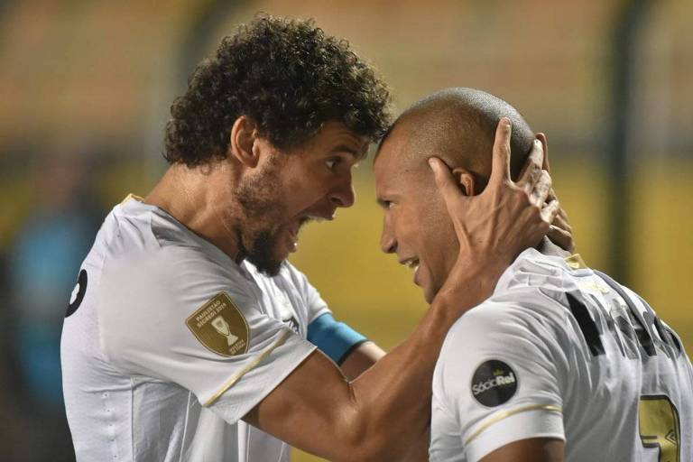 Victor Ferraz (esq.) e Carlos Sánchez, do Santos, festejam o primeiro gol da equipe na vitória sobre o Red Bull, na primeira partida das quartas de final do Paulista