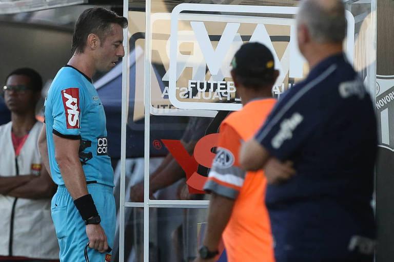 O árbitro Raphael Claus, do jogo entre as equipes da SE Palmeiras e G Novorizontino, observa lance no VAR, durante partida valida pelas quartas de final (ida), do Campeonato Paulista, Série A1, no Estádio Jorge Ismael de Biasi.