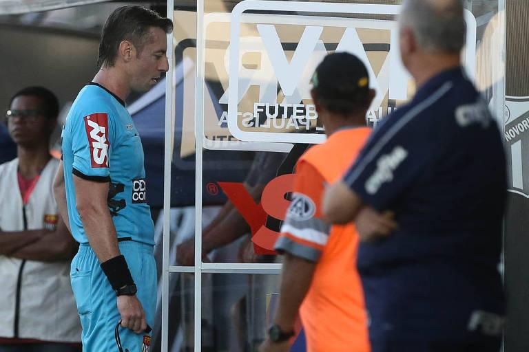 O árbitro Raphael Claus, do jogo entre as equipes da SE Palmeiras e G Novorizontino, observa lance no VAR, durante partida valida pelas quartas de final (ida), do Campeonato Paulista, Série A1, no Estádio Jorge Ismael de Biasi