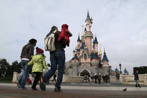 Visitors walk towards the Sleeping Beauty Castle during a visit to the Disneyland Paris Resort run by EuroDisney S.C.A in Marne-la-Vallee January 21, 2015. Picture taken January 21, 2015.  To match Special Report EURODISNEY-SHAREHOLDERS/       REUTERS/Gonzalo Fuentes (FRANCE - Tags: BUSINESS SOCIETY TRAVEL) ORG XMIT: PXP406