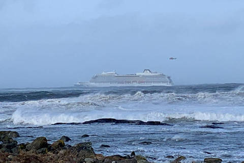 A cruise ship Viking Sky drifts towards land after an engine failure, Hustadvika, Norway March 23, 2019.   Odd Roar Lange/NTB Scanpix/via REUTERS   ATTENTION EDITORS - THIS IMAGE WAS PROVIDED BY A THIRD PARTY. NORWAY OUT. NO COMMERCIAL OR EDITORIAL SALES IN NORWAY. ORG XMIT: GDY001