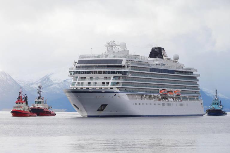 Navio de cruzeiro à deriva na costa da Noruega