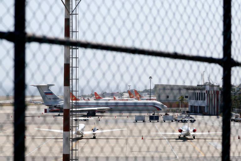 Imagem de avião com a bandeira russa neste domingo (24), no aeroporto internacional Simon Bolivar em Caracas, na Venezuela