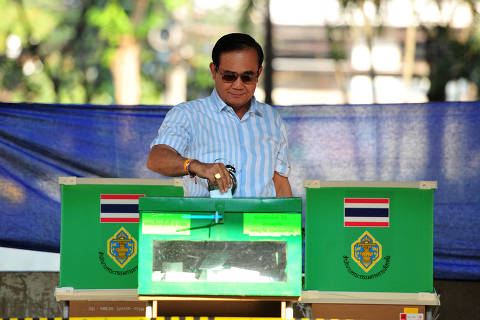 (190324) -- BANGKOK, March 24, 2019 (Xinhua) -- Thai Prime Minister Prayut Chan-o-cha casts his ballot at a polling station in Bangkok, Thailand, March 24, 2019. Thai voters flock to polling stations across the country on Sunday for the country's first general election since the 2014 coup. Eligible voters have been lining up at polling station since 6:00 a.m. local time. Prime Minister Prayut Chan-o-cha cast his ballot at a station in Bangkok at about 8:30 a.m. local time. (Xinhua/Rachen Sageamsak)