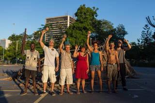 Indíos montam aldeia no estacionamento do Maracanã