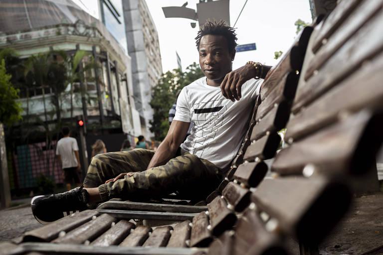 O congolês Blaise Musipere, no banco da praça em que ele dormia no Leblon, no Rio de Janeiro
