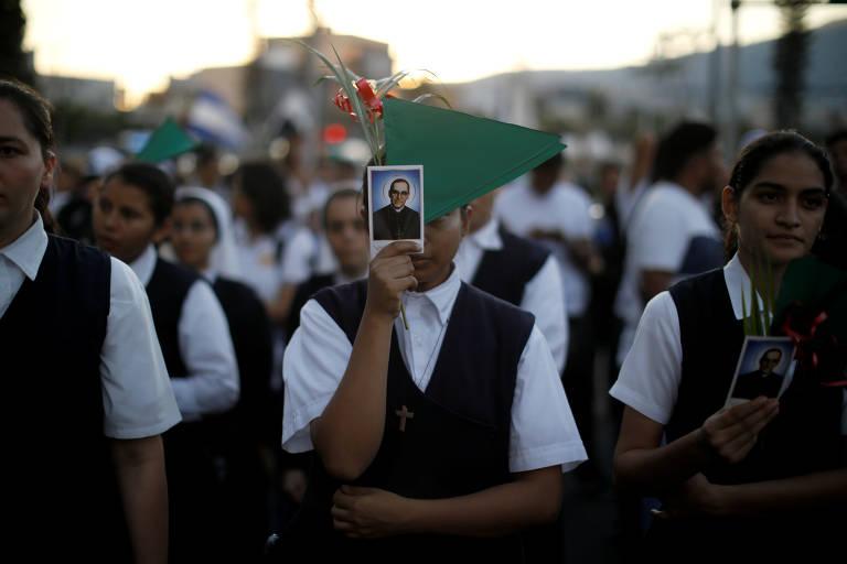 Freiras participam de procissão para homenagear o 39º aniversário da morte do arcebispo de San Salvador, Oscar Arnulfo Romero, em San Salvador, El Salvador