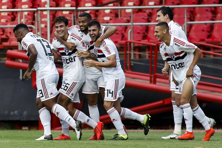 Igor Gomes (26) e Liziero são abraçados por Reinaldo na comemoração do primeiro gol do São Paulo contra o Ituano