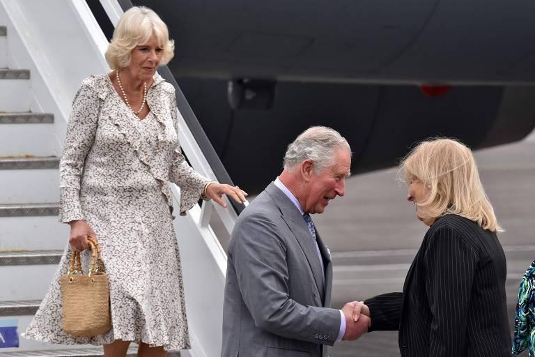 O príncipe Chales e sua esposa, Camilla, são recebidos pela ministra das Relações Exteriores de Cuba, Ana Teresita Gonzalez, ao desembarcarem em Havana
