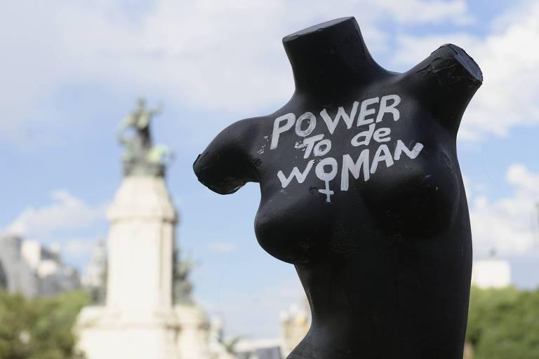 Manequim preto com os dizeres 'power to the woman' desenhado