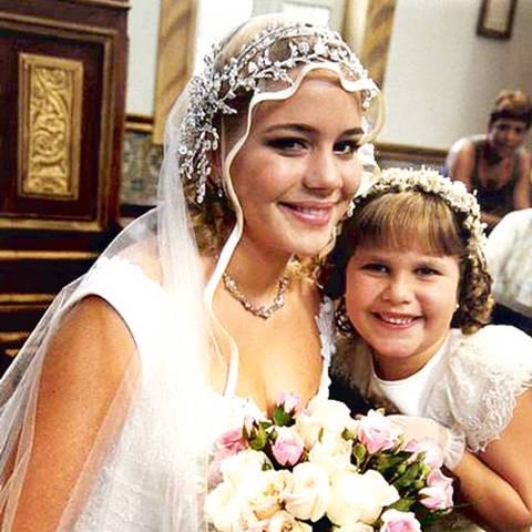 """Aos sete anos, Thais Müller fez a sua primeira novela, """"O Cravo e a Rosa"""" (Globo) como a menina de gênio forte Fátima, mais conhecida como Fatinha; na imagem, ela aparece ao lado de Leandra Leal, que fazia o papel de sua irmã na trama"""
