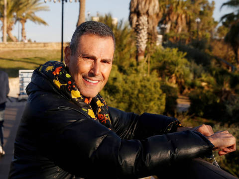 FILE PHOTO: Uri Geller poses for a photograph in Jaffa, next to Tel Aviv, Israel January 23, 2017. Picture taken January 23, 2017. REUTERS/Baz Ratner/File Photo ORG XMIT: JER100