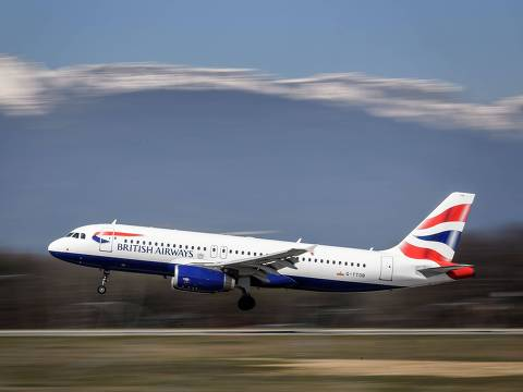 A British Airways Airbus A320 commercial plane with registration G-TTOB is landing at Geneva Airport on March 22, 2019 in Geneva. (Photo by Fabrice COFFRINI / AFP)