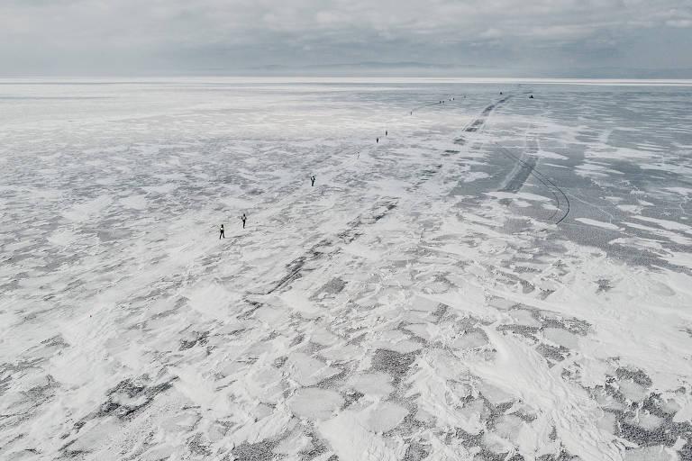Atletas participam de maratona na região do lago Baikal, na Sibéria