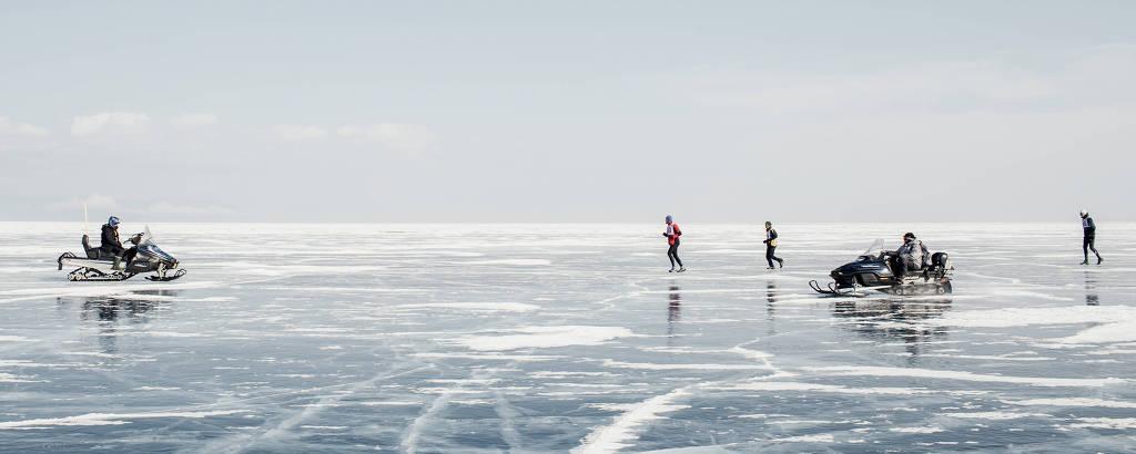 Corredores disputam maratona no gelo do lago Baikal, na Sibéria