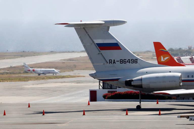 Avião com bandeira russa é visto no aeroporto internacional Simon Bolivar em Caracas, no domingo (24)