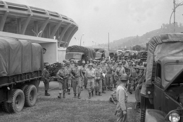 Tropas do Exército em frente ao estádio do Maracanã, no dia 31.mar.1964, quando teve início o golpe militar