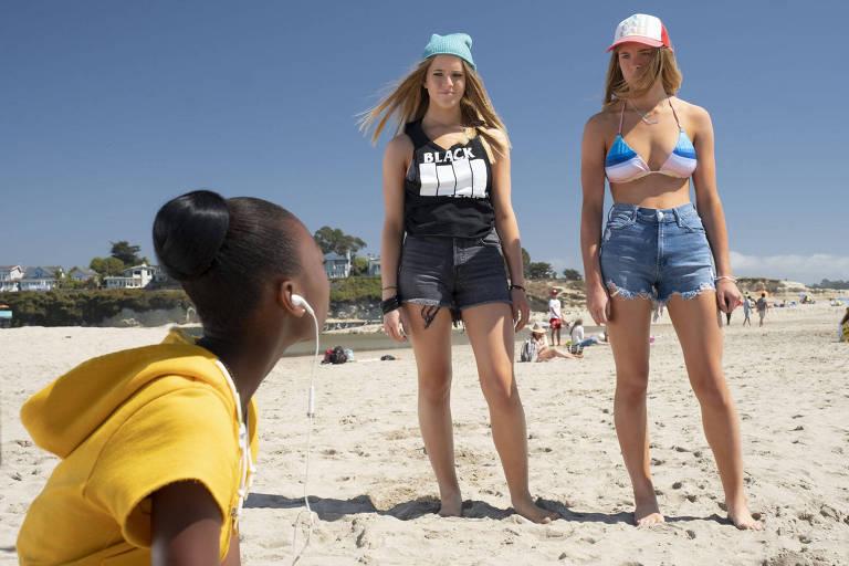 """Shahadi Wright Joseph com as gêmeas Noelle e Cali Sheldon em cena do filme """"Nós"""""""