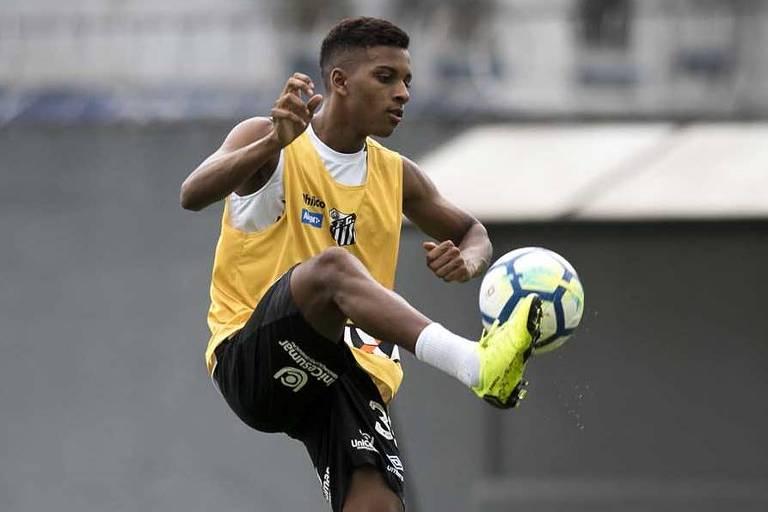 Rodrygo bate bola em treino do Santos, no CT Rei Pelé; assim como no jogo de ida, ele novamente comporá o ataque santista com Eduardo Sasha