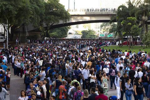 SAO PAULO, SP, BRASIL. 26.03.2019 - O Sindicato dos Comerciários promove nesta terça um feirão de vagas. Desde ontem havia pessoas na fila que ocupou na manha de hoje grande parte do Vale do Anhangabau.  (foto: Rubens Cavallari/Folhapress,PAUTA DO DIA, ****GRANA****). ***EXCLUSIVO AGORA***EMBARGADA PARA VEICULOS ON LINE***UOL E FOLHA.COM E FOLHAPRESS CONSULTAR FOTOGRAFIA DO AGORA SÃO PAULO***f: 3224-2169, 3224-3342.   Selene Id: