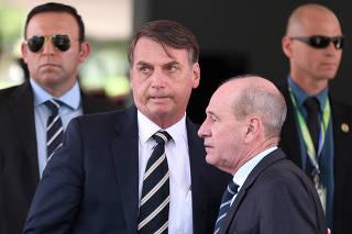 Jair Bolsonaro (PSL), ao lado do ministro Fernando Azevedo e Silva (Defesa)