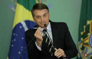 Bolsonaro assina decreto que flexibiliza a posse de arma de fogo