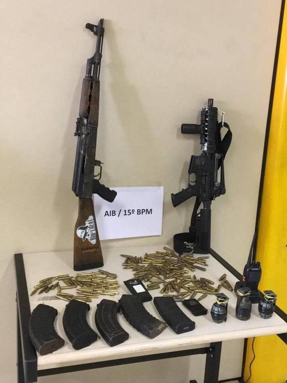 Armas e munições apreendidas na operação que matou Charlinho em Duque de Caxias